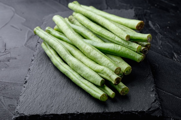 녹색 프랑스 콩 요리 세트, 돌 보드, 블랙에