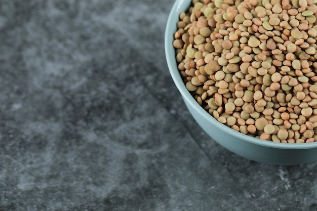 青いボウルに新鮮で健康的なレンズ豆