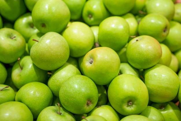 背景として緑の新鮮なリンゴ