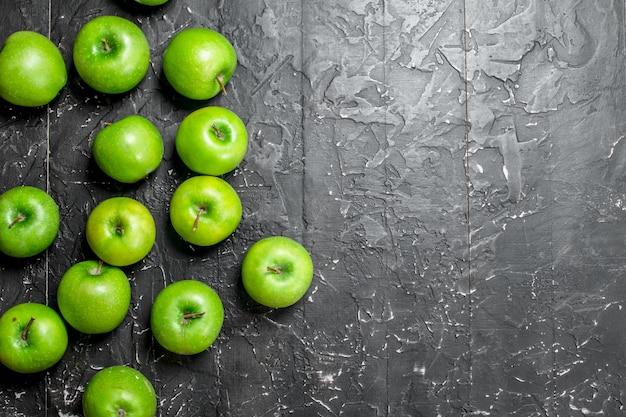 녹색 신선한 사과. 어두운 소박한 배경.
