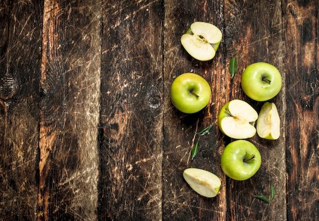 녹색 신선한 사과. 나무 배경.