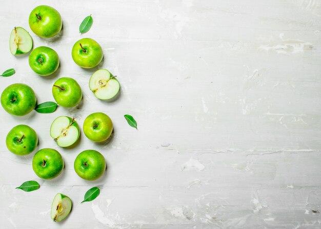 Зеленые свежие яблоки.