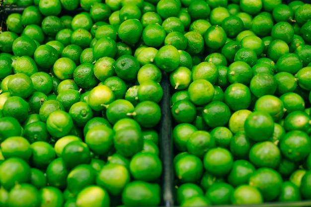 緑の新鮮な緑のライムの背景。緑のライムのグループ。