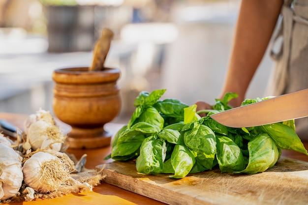 コピースペースと木製の背景に緑の新鮮な有機バジル。料理用のハーブとスパイス
