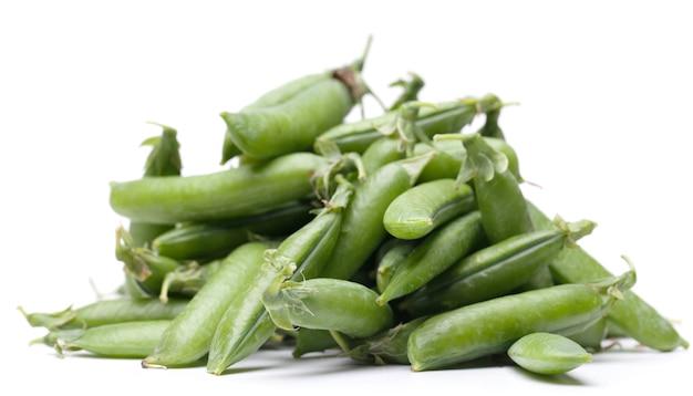 分離された緑の新鮮なエンドウ豆