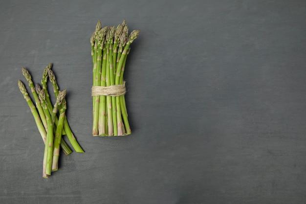 검은 배경 복사 공간에 녹색 신선한 생 아스파라거스 건강한 식생활 개념
