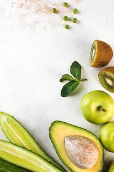 Зеленые свежие овощи и фрукты вегетарианство с копией пространства