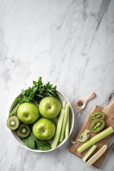 デトックススムージーを作るための緑の果物と野菜。