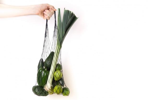 Зеленые фрукты и овощи в чистой экологической сумке