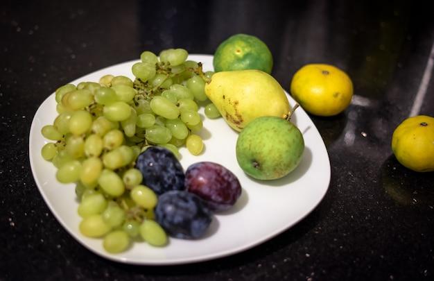プレート上の緑色の果物