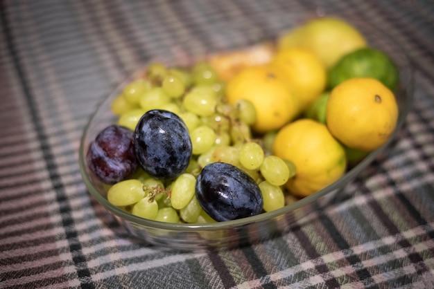 プレート上の緑色の果物 Premium写真
