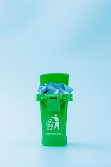 Зеленый мусор, мусорное ведро
