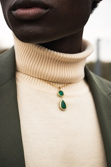 Pendente in pietra verde sul collo della donna
