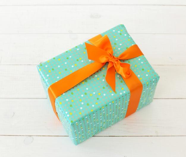 Зеленый подарок с оранжевым бантом