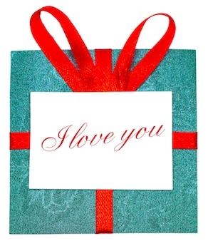 Зеленый подарок с красной лентой и бантом. изолированные