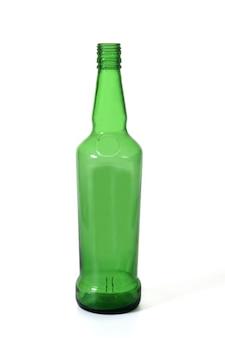 白い背景の上に立っているウイスキーの緑のガラス瓶
