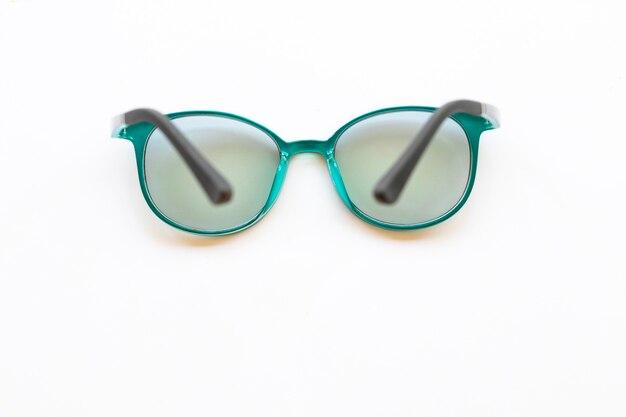 白い背景の上の緑のメガネ