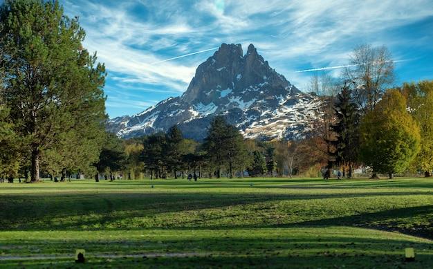 Зеленое поле для гольфа и пик-дю-миди-оссау