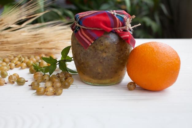 木製のテーブルの上の緑のグーズベリージャム