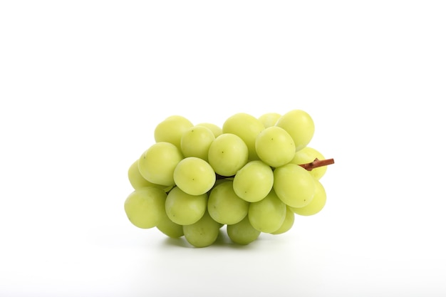 白い背景で隔離の緑のブドウ