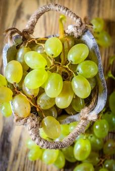 テーブルの上のバスケットに緑のブドウ