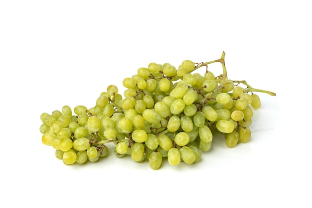 白い背景に分離された緑のブドウ