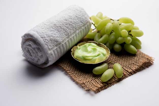 Смесь зеленого винограда, йогурта и меда, маска для лица или крем для удаления темных пятен на коже, созданный с использованием экстракта ангура, творога и меда. выборочный фокус