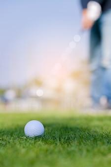 햇빛에 소프트 포커스에 골프 공 클로즈업과 푸른 잔디