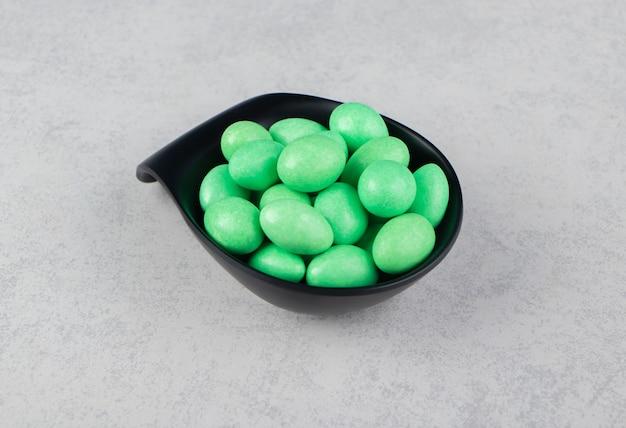 大理石の表面のボウルに緑色の歯茎