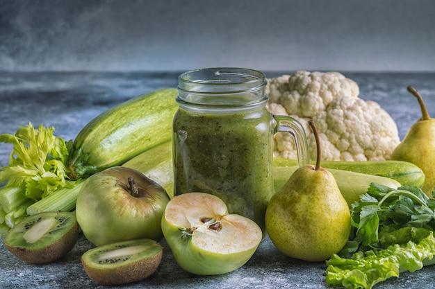 野菜や果物と緑の健康的なスムージー