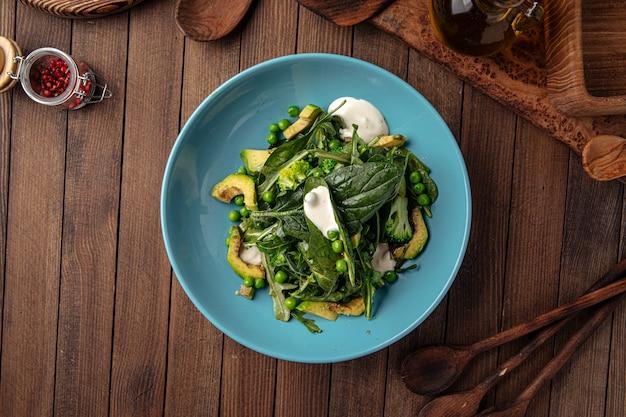 Салат из здорового зеленого шпината с авокадо и горошком