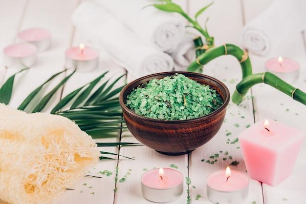 Зеленая травяная соль спирулины в белой керамической миске