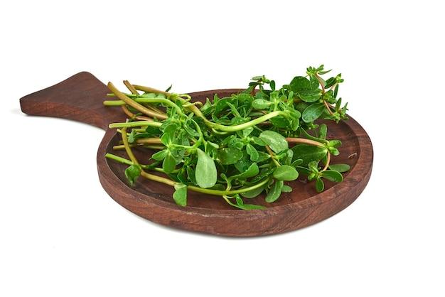 木製の大皿に緑のハーブ。