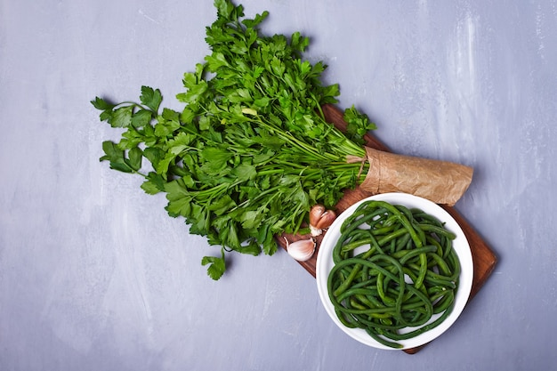 Erbe ed insalata verdi sull'azzurro