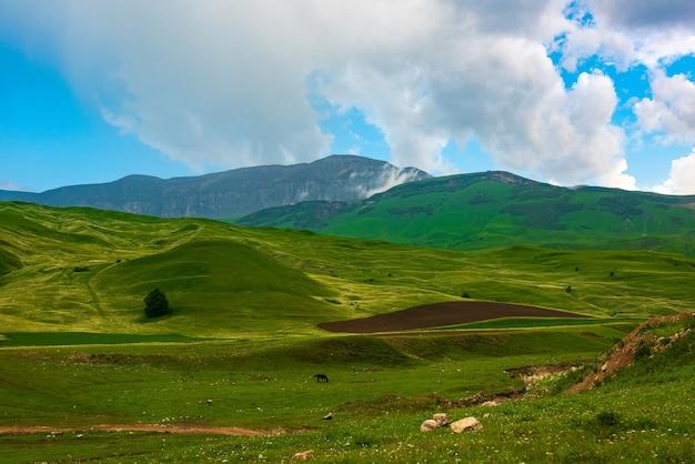푸른 언덕과 구름이 있는 아름다운 푸른 하늘