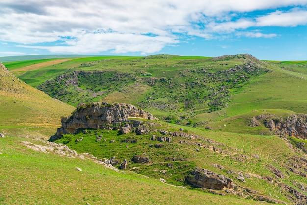 Зеленые холмы и скалы весной