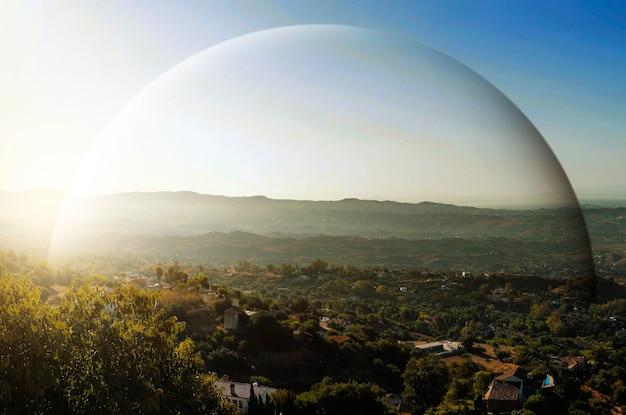 緑の丘と青い空を背景にした風景の景色を望むドーム保護