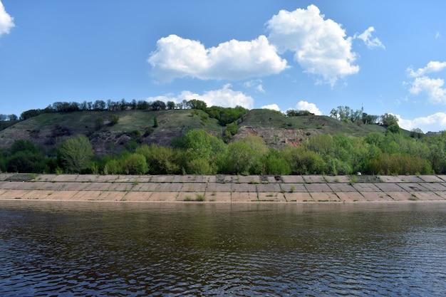 강둑에 푸른 언덕