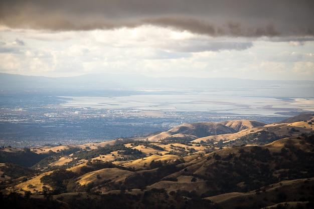 Зеленые холмы под белыми облаками