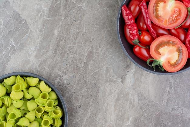 唐辛子とトマトのグリーン自家製パスタ。
