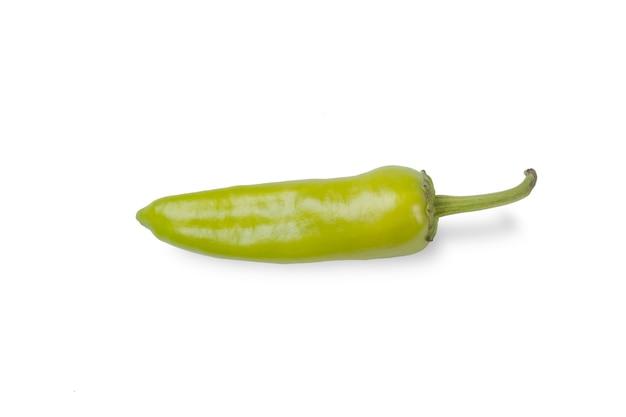 白地に分離された緑の唐辛子。