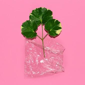 비닐 봉지에 담긴 녹색. 플라스틱 오염 환경 문제입니다.