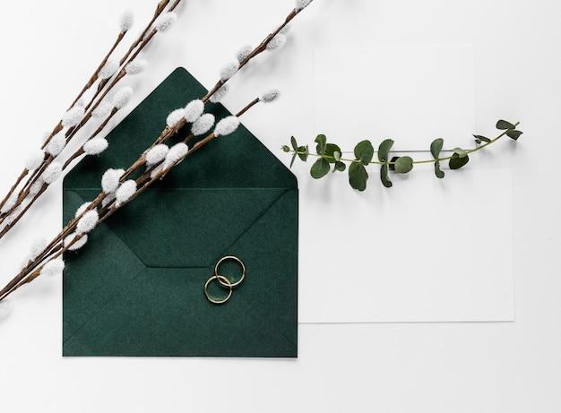 Carta di invito verde con rami di cotone