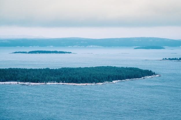 北の湖に囲まれた緑の島々。湖に囲まれたカレリア諸島。カレリアの性質。ロシアへの旅行。