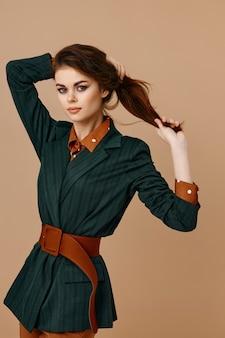 Зеленый пиджак красный пиджак макияж модель пояс