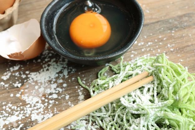 녹색 비취 계란 국수