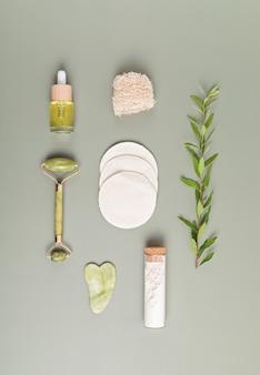 Валик для лица из зеленого нефрита, камень гуаша, эфирное масло, белая глина и многоразовые ватные диски. идея натурального ухода за кожей