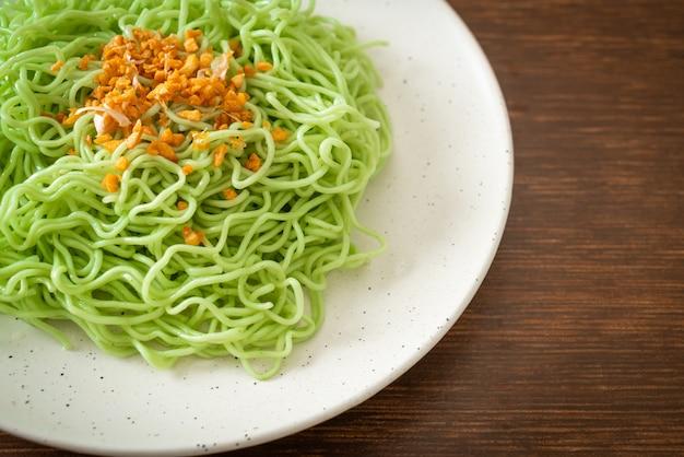 접시에 마늘과 녹색 옥 국수