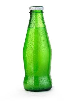 Бутылка зеленого сока, изолированные на белом фоне с каплями