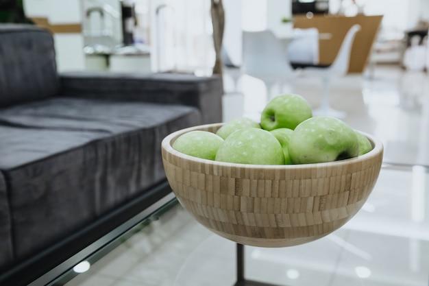 緑のジューシーなりんご。木の板で熟したリンゴ。